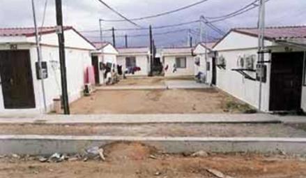 Μενίδι: Η ΔΕΗ έκοψε το ρεύμα σε κοντέινερ στο στρατόπεδο Καποτά Δημοσίευση: Δευ, 10/02/2014 - 14:40 pdf email Print    Ο καταυλισμός των σεισμοπαθών στο στρατόπεδο Καποτά  Με τη συνοδεία τριών διμοιριών των ΜΑΤ, συνεργεία της ΔΕΗ, έκοψαν το ρεύμα στα κοντέινερ των σεισμοπαθών στο στρατόπεδο Καποτά, με το πρόσχημα των ληξιπρόθεσμων οφειλών, σε μια ακόμη κίνηση που στοχεύει στην απομάκρυνση όσοι είναι αναγκασμένοι να μένουν στα κοντέινερ στο στρατόπεδο. Στις αντιδράσεις των κατοίκων, η συντριπτική πλειοψηφία των οποίων είναι άνεργοι, οι δυνάμεις των ΜΑΤ, απάντησαν με επίθεση με χημικά, ενώ προχώρησαν και σε αρκετές προσαγωγές. Ήδη τα συνεργεία της ΔΕΗ, έκοψαν το ρεύμα σε 200 κοντέινερ, ενώ την Πέμπτη, θα επανέλθουν για να συνεχίσουν. Αυτή την στιγμή 3.500 άτομα, μένουν στα κοντέινερ. Πρόκειται κυρίως για σεισμοπαθείς που είδαν τα σπίτια τους να κρίνονται ακατάλληλα, στο σεισμό του 1999. Παράλληλα, στον καταυλισμό κατέφυγαν και οικογένειες που βρέθηκαν στο δρόμο. Όπως καταγγέλλει η Λαϊκή Επιτροπή Μενιδίου, τα συνεργεία της ΔΕΗ, έκοψαν αδιακρίτως το ρεύμα σε κοντέινερ που στοιβάζονται πολύτεκνες οικογένειες, αλλά και σε ασθενείς που έχουν ανάγκη μηχανικής υποστήριξης. Παράλληλα, η Λαϊκή Επιτροπή Μενιδίου, το Παράρτημα Μενιδίου του Συνδικάτου Οικοδόμων και οι κομμουνιστές δημοτικοί σύμβουλοι του Μενιδίου εκλεγμένοι με τη Λαϊκή Συσπείρωση, πραγματοποιούν παράσταση διαμαρτυρίας στον Δήμαρχο, ζητώντας την σύγκληση έκτακτου Δημοτικού Συμβουλίου για το ζήτημα. Κατηγορία:  Τοπικά νέα ↑ Αρχή Σελίδας Παρόμοιες Ειδήσεις  Πυλαία - Χορτιάτης: Αντί για σταθερή δουλειά ο δήμ...   Φεβ 10, 2014  Κεφαλονιά: Νέα παράσταση διαμαρτυρίας της Επιτροπή...   Φεβ 10, 2014  Αλληλεγγύη στους σεισμοπαθείς της Κεφαλονιάς από τ...   Φεβ 9, 2014  Κινητοποιήσεις ενάντια στα διόδια σε Φθιώτιδα, Θήβ...   Φεβ 9, 2014  Τώρα 16:48 Εκδήλωση της ΚΟ Βρετανίας του ΚΚΕ για τη μάχη των εκλογών (ΦΩΤΟ) Πολιτική    16:29 Αυστραλία: Η Toyota σταματά έως τα τέλη του 2017 την κατασκευή αυτοκινήτων στη χώρα Διεθνή    1